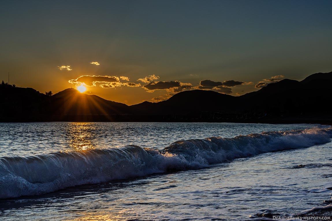 Закат на пляже Черногории