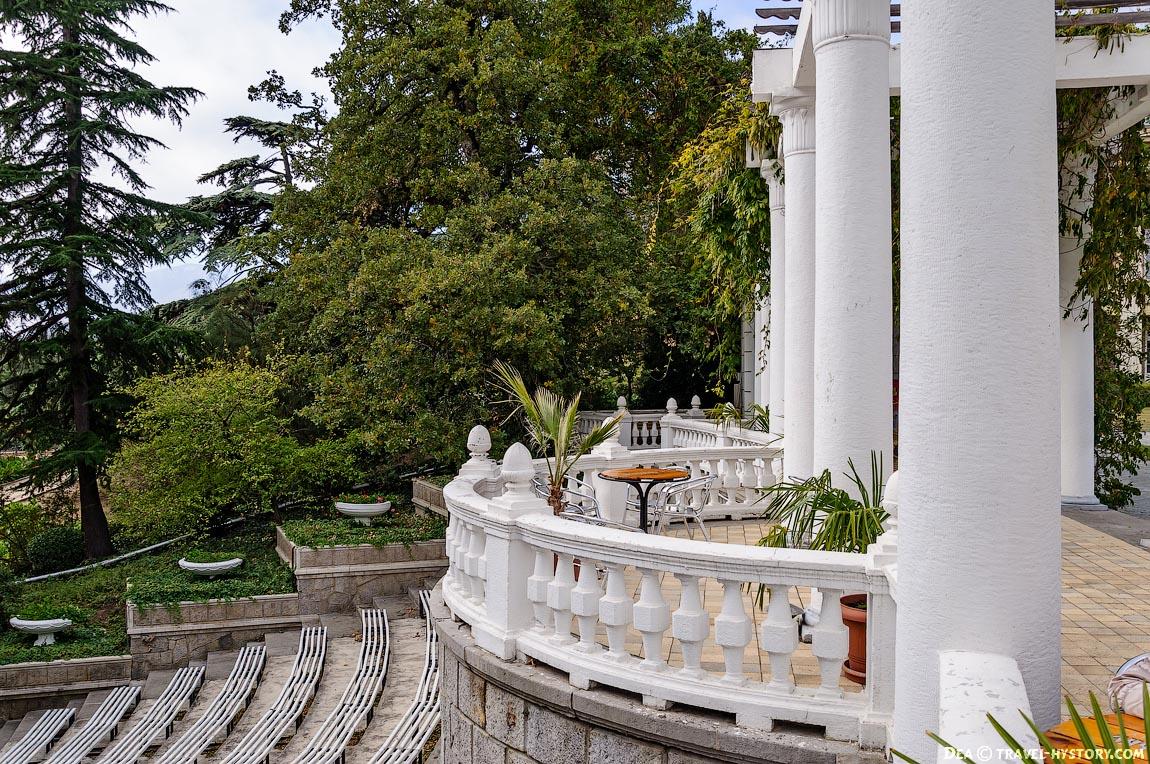 Колоннада в Никитском ботаническом саду