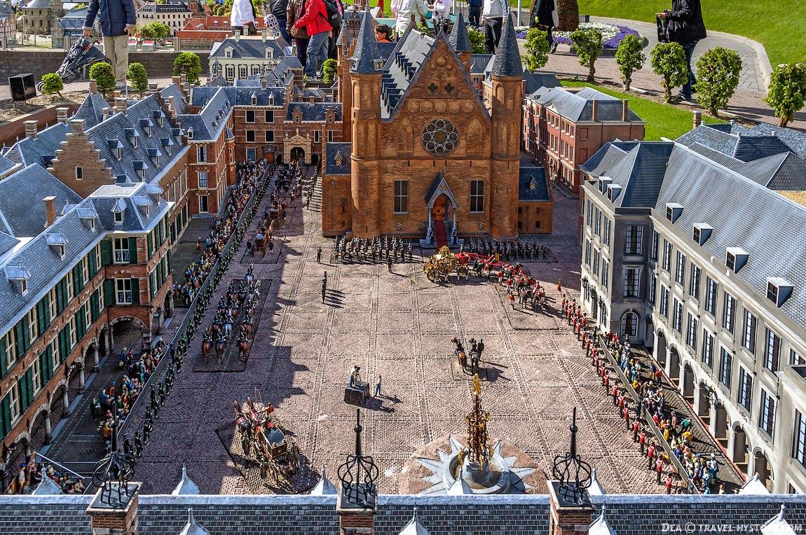 Рыцарский зал или Риддерзаал - используется для торжественных речей монарха, а также для официальных королевских приёмов и межпарламентских конференций. Является частью резиденции Бинненхоф.