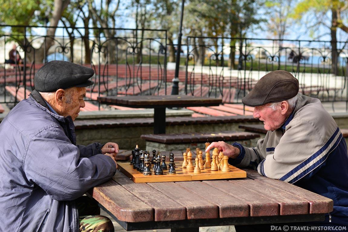 Шахматисты на Приморском бульваре города Севастополя