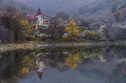 Крым. Отражения Мангупского озера