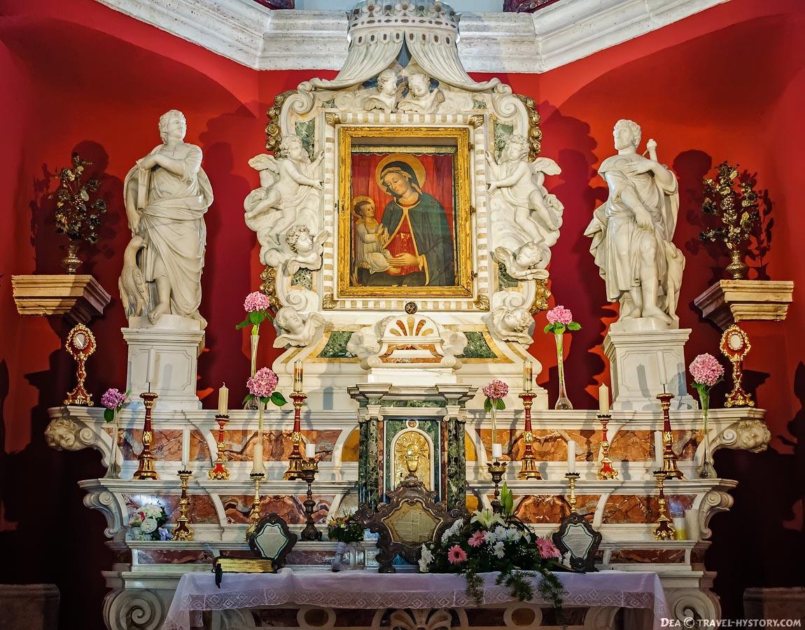 Церковь Богородицы на Рифе. Алтарь