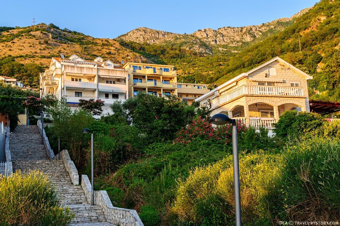 Лестница к пляжу поселка Свети Стефан