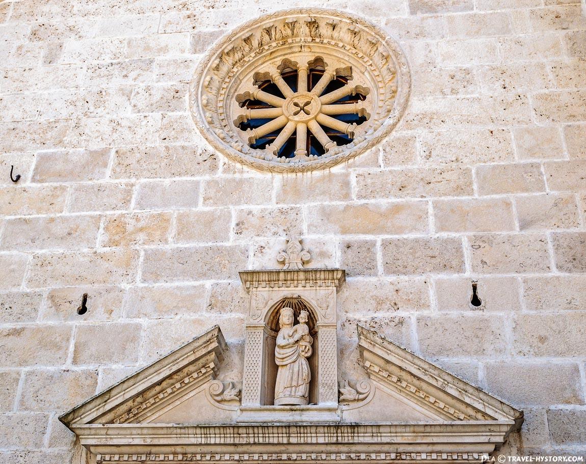 Розетка над входом в церковь