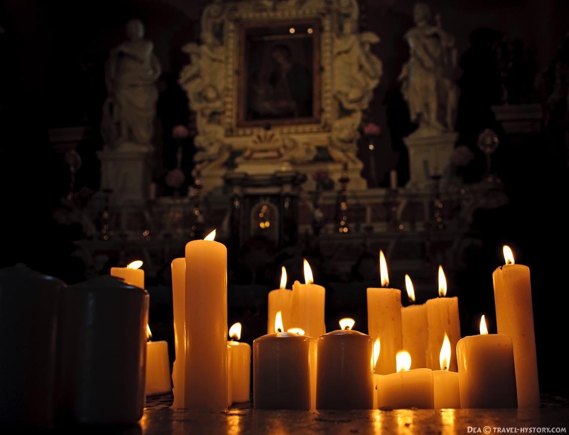 Церковь Богородицы на Рифе. Свечи перед алтарем