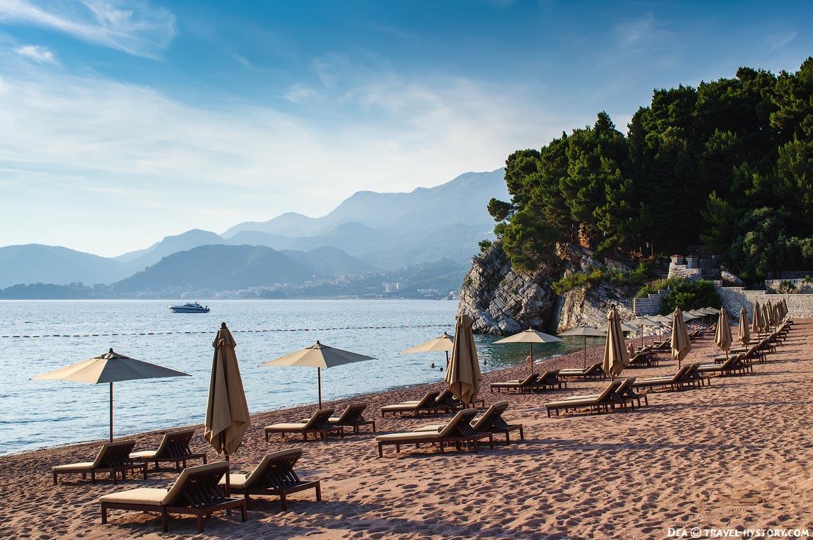 """Пляж острова-отеля """"Свети Стефан"""""""