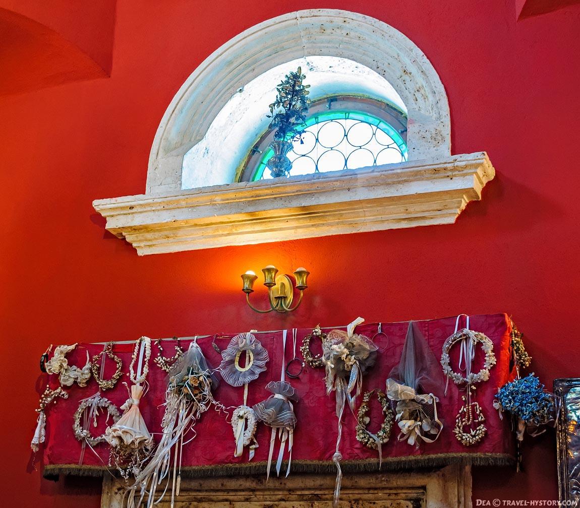 Церковь Богородицы на Рифе.Венки и букеты