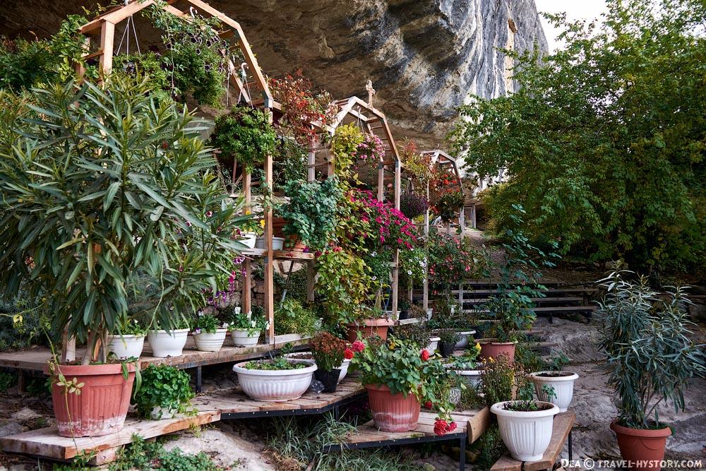 Цветник в пещерном монастыре Челтер-Коба