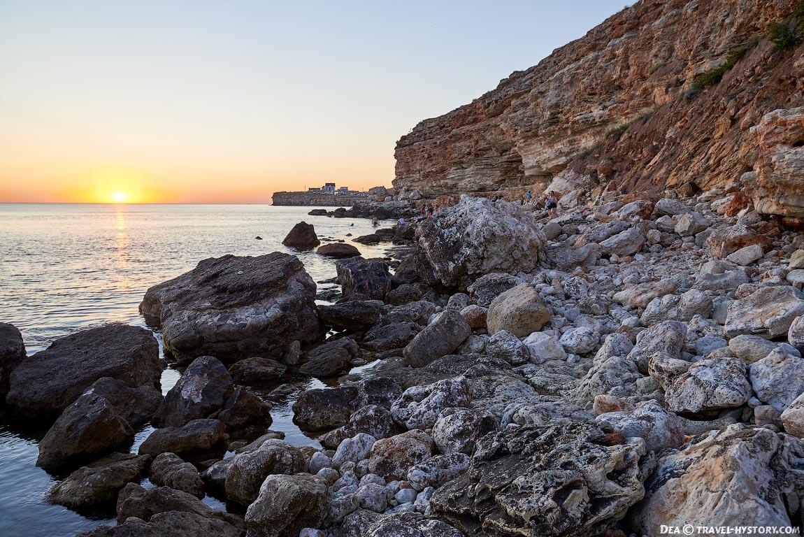 Дикий пляж в Херсонесской бухте в Севастополе