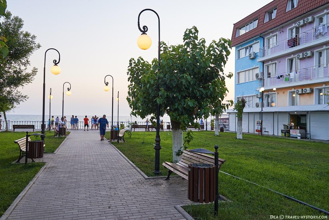 Набережная в поселке Николаевка в Крыму
